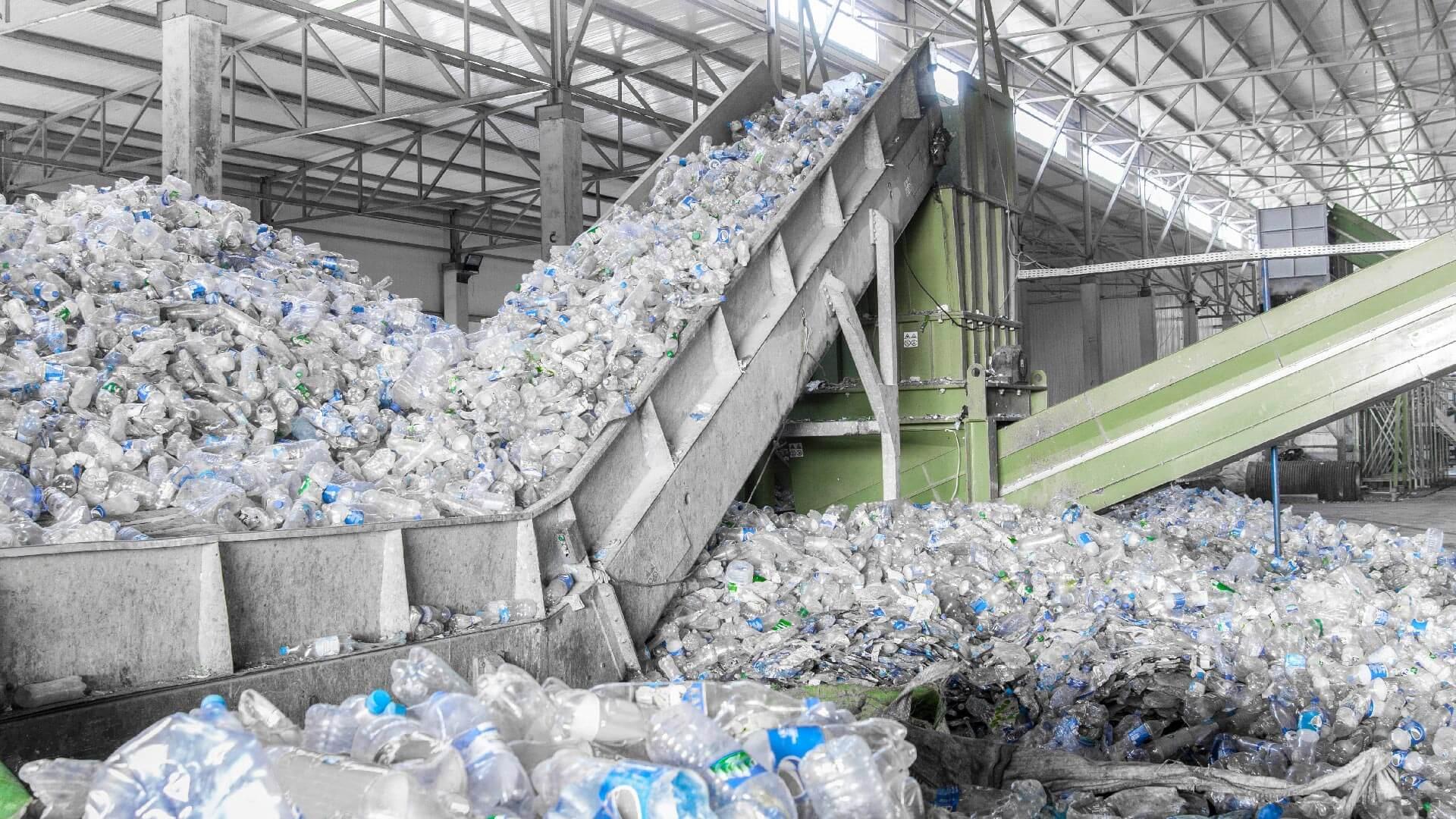 Consumo plastica per bottiglie d'acqua