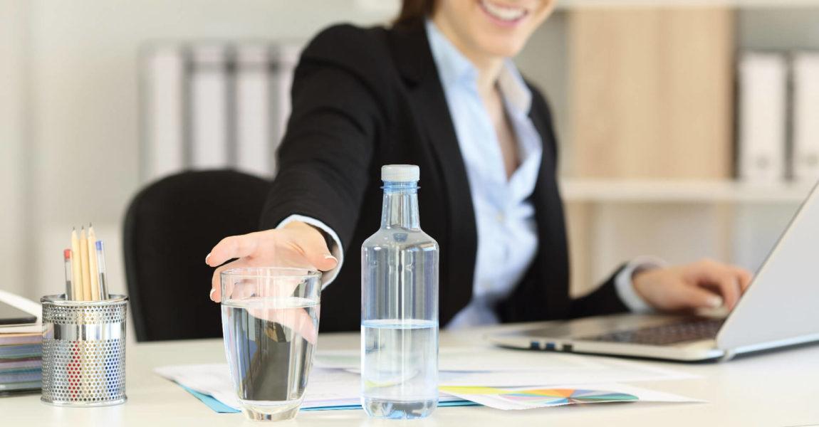 Bere in ufficio è fondamentale per idratare l'organismo